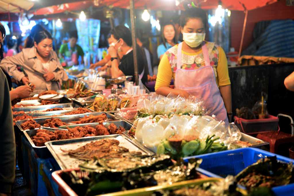 things to do in chiang mai sunday night market food