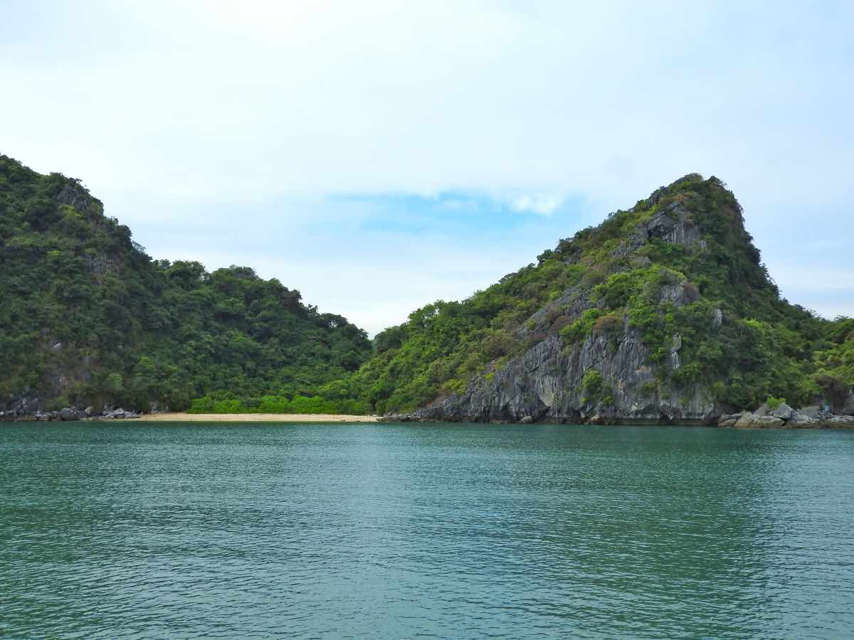 how to choose best halong bay cruise guide recommendations tips halong beach