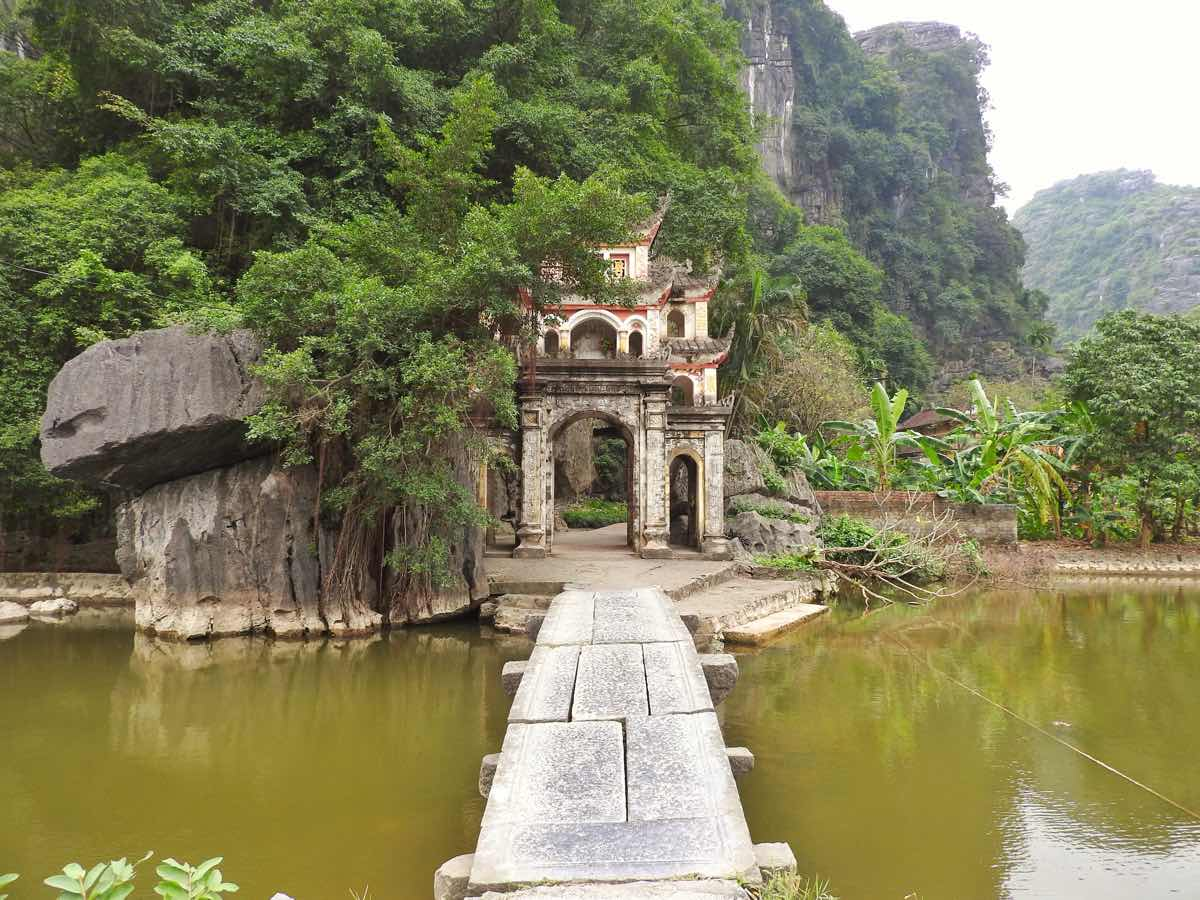what to do in ninh binh itinerary bich dong temple