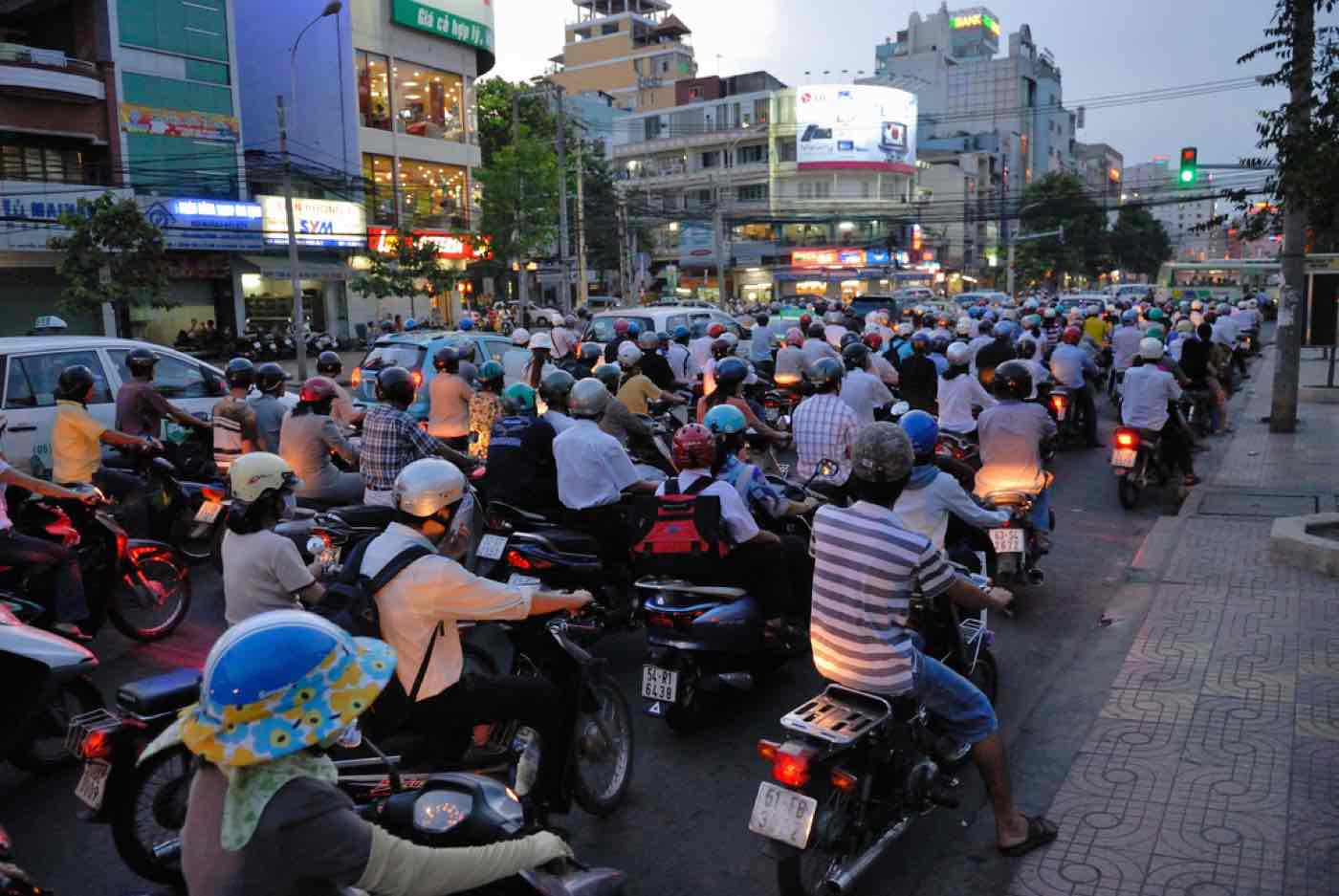 traffic vietnam tips motorcycles bikes .jpg