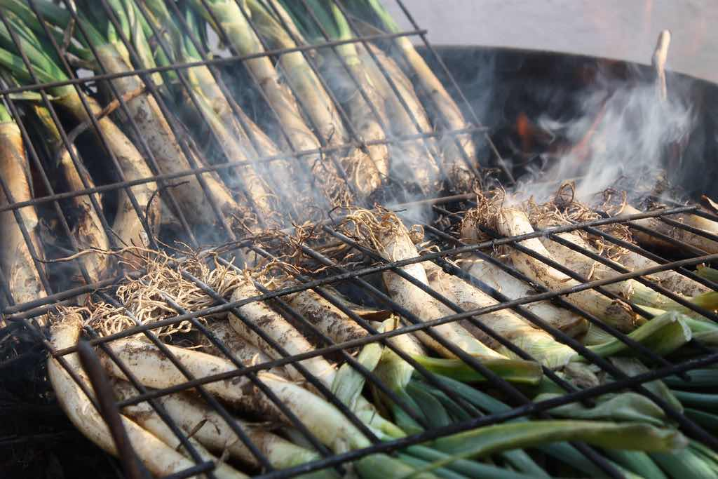 experiences barcelona calçots on the grill