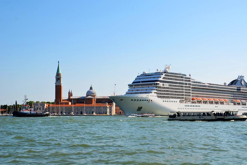 Cruise ship dwarfs Venice